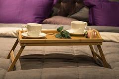 Tasses avec Rose Flower On Wooden Tray pour le petit déjeuner image stock
