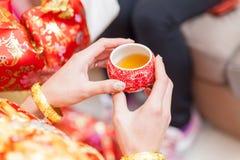 Tasses chinoises de cérémonie de thé dans le jour du mariage Image stock