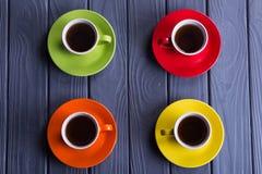 Tasses colorées avec du café Images libres de droits