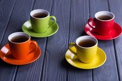 Tasses colorées avec du café Image libre de droits