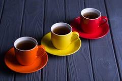 Tasses colorées avec du café Images stock