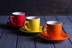 Tasses colorées avec du café Photo stock