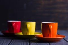 Tasses colorées avec du café Photos libres de droits