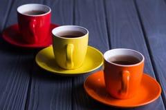 Tasses colorées avec du café Photos stock