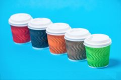 tasses colorées de carton photos stock