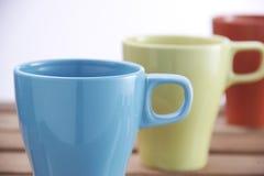 Tasses colorées en céramique Photo stock