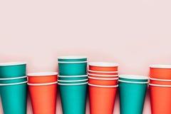 Tasses colorées en plastique sur le fond rose Concept de pollution d'environnement Configuration plate Vue supérieure photographie stock