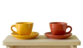 Tasses colorées sur la table en bois Photos libres de droits