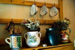 Tasses, cruches et tasse de thé sur la cuisine Photographie stock libre de droits
