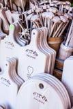 Tasses découpées, cuillères, fourchettes et d'autres ustensiles de bois Photos libres de droits