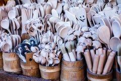 Tasses découpées, cuillères, fourchettes et d'autres ustensiles de bois Photographie stock libre de droits
