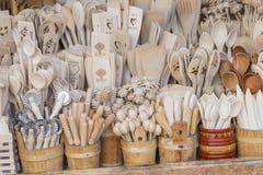 Tasses découpées, cuillères, fourchettes et d'autres ustensiles de bois, ustensiles polonais traditionnels Images stock