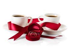 Tasses d'anneaux de mariage de café Photos stock