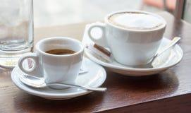 Tasses d'expresso et de cappuccino Photographie stock