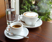 Tasses d'expresso et de cappuccino Photographie stock libre de droits