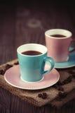 Tasses d'expresso sur une table en bois photos stock