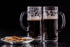 Tasses de bière avec des poissons Photo libre de droits