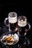 Tasses de bière avec des poissons Photographie stock