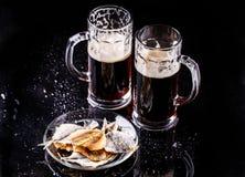 Tasses de bière avec des poissons Images libres de droits