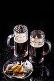 Tasses de bière avec des poissons Photo stock