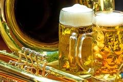 Tasses de bière avec la trompette images stock