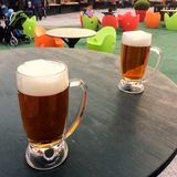 Tasses de bière sur la table image libre de droits