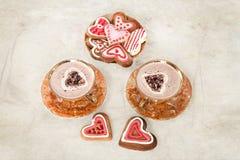 Tasses de biscuits de cappuccino et de gingembre sous forme de coeurs Images libres de droits