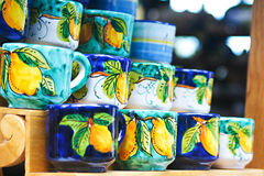 Tasses de céramique italienne traditionnelle Photographie stock libre de droits