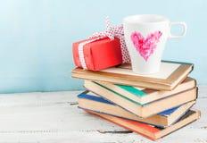 Tasses de cadeau et de café avec le coeur peint avec le rouge à lèvres Images stock