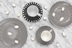 Tasses de café élégantes et chocolat blanc sur la table de marbre Image stock
