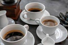 Tasses de café aromatique frais sur le fond gris images libres de droits