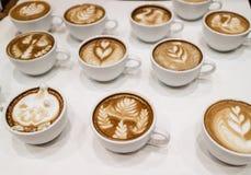 Tasses de café avec l'art d'atte sur le dessus Photographie stock