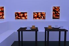 Tasses de café blanches et d'or avec la soucoupe sur des tables avec une surface réfléchie foncée Photo libre de droits