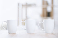 Tasses de café blanches se tenant sur la table Photo libre de droits
