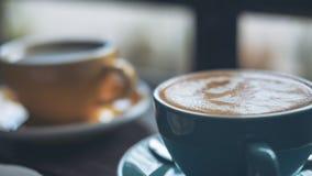 Tasses de café chaud de latte et de café d'Americano sur la table en bois de vintage Photographie stock libre de droits