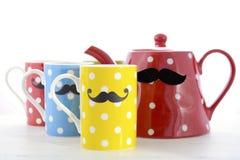 Tasses de café colorées avec des moustaches Photographie stock
