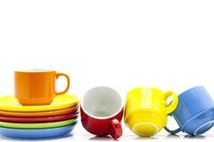 tasses de café colorées d'isolement sur le fond blanc Photographie stock libre de droits