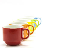 tasses de café colorées d'isolement sur le fond blanc Photo stock