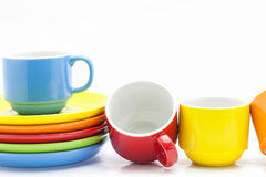 tasses de café colorées d'isolement sur le fond blanc Images stock