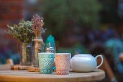 Tasses de café dans un café extérieur images libres de droits