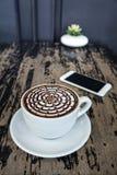 Tasses de café de moka sur la table en bois Images stock