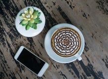 Tasses de café de moka sur la table en bois Image stock