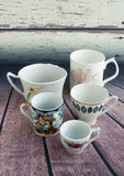 Tasses de café de vintage sur un fond en bois Cinq petites tasses Photo stock