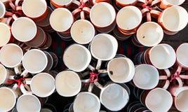 Tasses de café, tasses de différentes couleurs et conceptions photographie stock libre de droits
