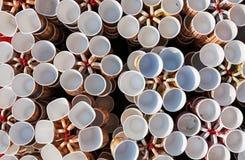 Tasses de café, tasses de différentes couleurs et conceptions photos stock