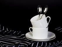 Tasses de café empilées par blanc Photos stock