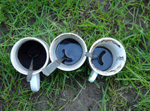 Tasses de café en céramique diry blanches avec des cuillères avant le lavage Photographie stock