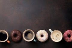 Tasses de café et butées toriques colorées Images stock
