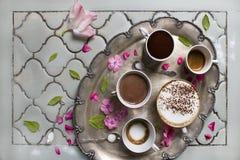 Tasses de café et de chocolat aromatiques chauds Expresso, crème d'expresso et latte Sur le fond de la vieille table, thé antique photos libres de droits
