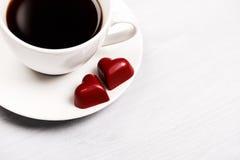 Tasses de café et de bonbons en forme de coeur Photographie stock libre de droits